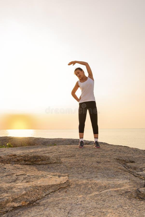 Γυναίκες που τεντώνουν μετά από τον αθλητισμό στοκ φωτογραφία με δικαίωμα ελεύθερης χρήσης