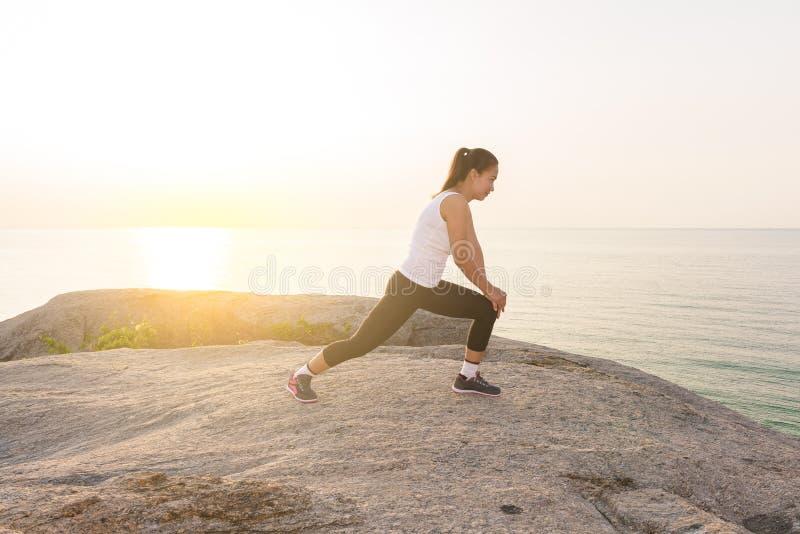 Γυναίκες που τεντώνουν μετά από τον αθλητισμό στοκ φωτογραφία