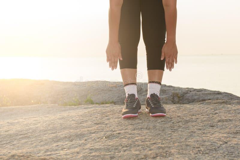 Γυναίκες που τεντώνουν μετά από τον αθλητισμό στοκ εικόνες με δικαίωμα ελεύθερης χρήσης