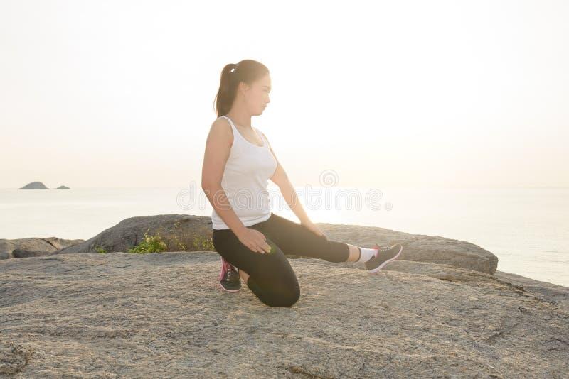 Γυναίκες που τεντώνουν μετά από τον αθλητισμό στοκ φωτογραφίες με δικαίωμα ελεύθερης χρήσης
