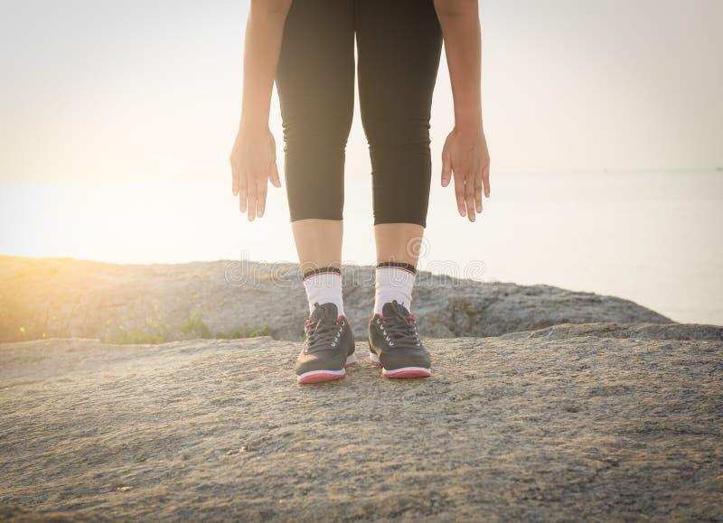 Γυναίκες που τεντώνουν μετά από τον αθλητισμό στοκ φωτογραφίες