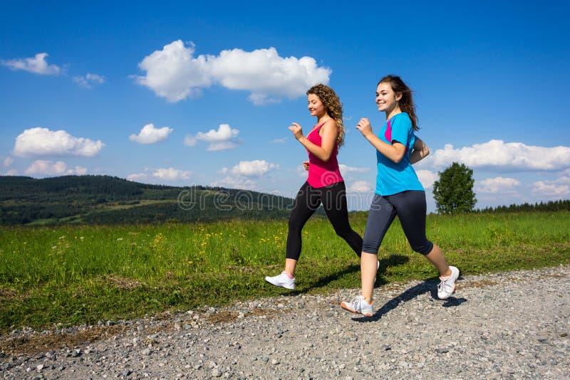 Γυναίκες που τρέχουν, άλμα υπαίθριο στοκ φωτογραφία