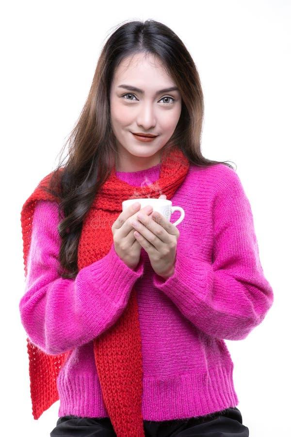Γυναίκες που φορούν ένα πουλόβερ, που κρατά ένα φλιτζάνι του καφέ στοκ εικόνες με δικαίωμα ελεύθερης χρήσης