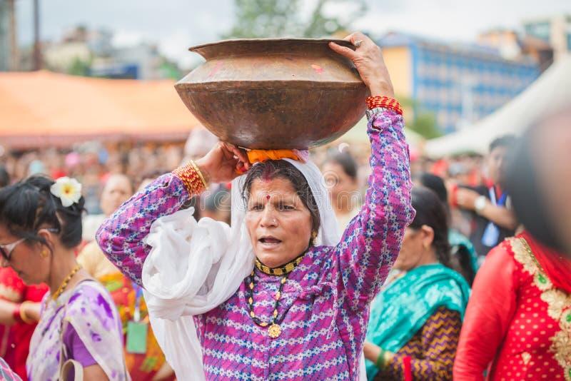 Γυναίκες που χορεύουν με τη μεταφορά Gaura στα κεφάλια τους στην περίπτωση στοκ εικόνα