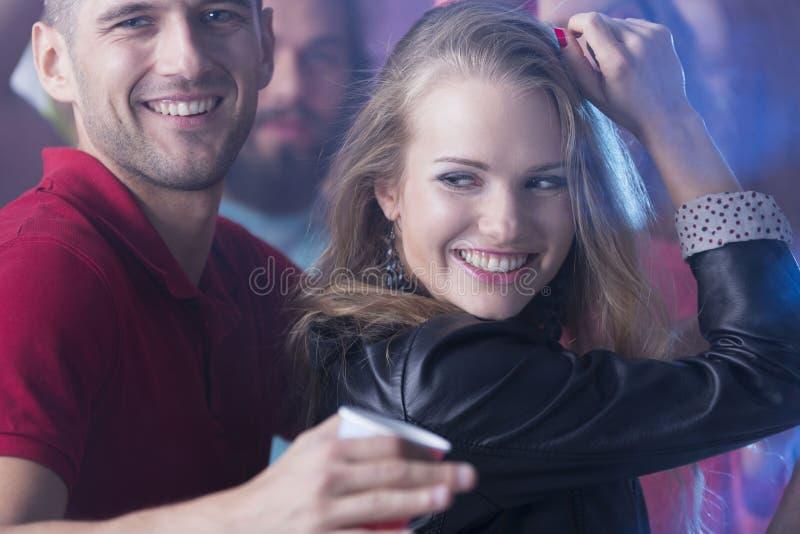 Γυναίκες που χορεύουν με τον όμορφο άνδρα στοκ φωτογραφία με δικαίωμα ελεύθερης χρήσης