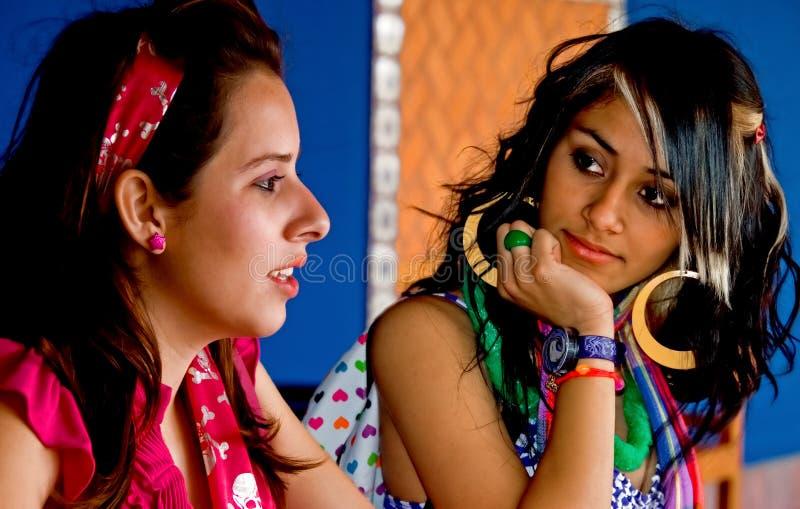 γυναίκες σπουδαστές κολλεγίων που μιλούν δύο στοκ εικόνες με δικαίωμα ελεύθερης χρήσης