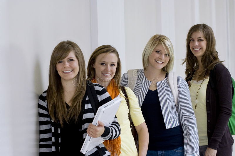 γυναίκες σπουδαστές κολλεγίων στοκ φωτογραφία με δικαίωμα ελεύθερης χρήσης