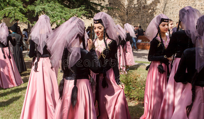 Γυναίκες στα όμορφα της Γεωργίας φορέματα που μιλούν στο πλήθος των ανθρώπων κατά τη διάρκεια του δημοφιλούς φεστιβάλ κρασιού στοκ εικόνα