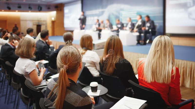 Γυναίκες στη μεγάλη επιχειρησιακή παρουσίαση ή διάσκεψη στοκ εικόνα με δικαίωμα ελεύθερης χρήσης