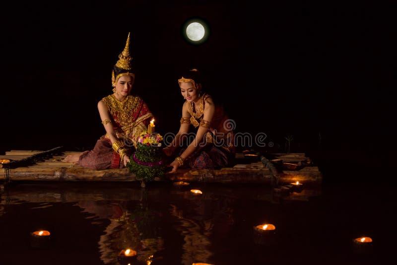 Γυναίκες στο παραδοσιακό ταϊλανδικό φόρεμα που επιπλέει krathong στοκ φωτογραφίες