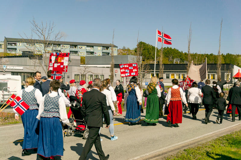 Γυναίκες στο bunad των ζωηρόχρωμων παραδοσιακών νορβηγικών κοστουμιών στοκ εικόνα