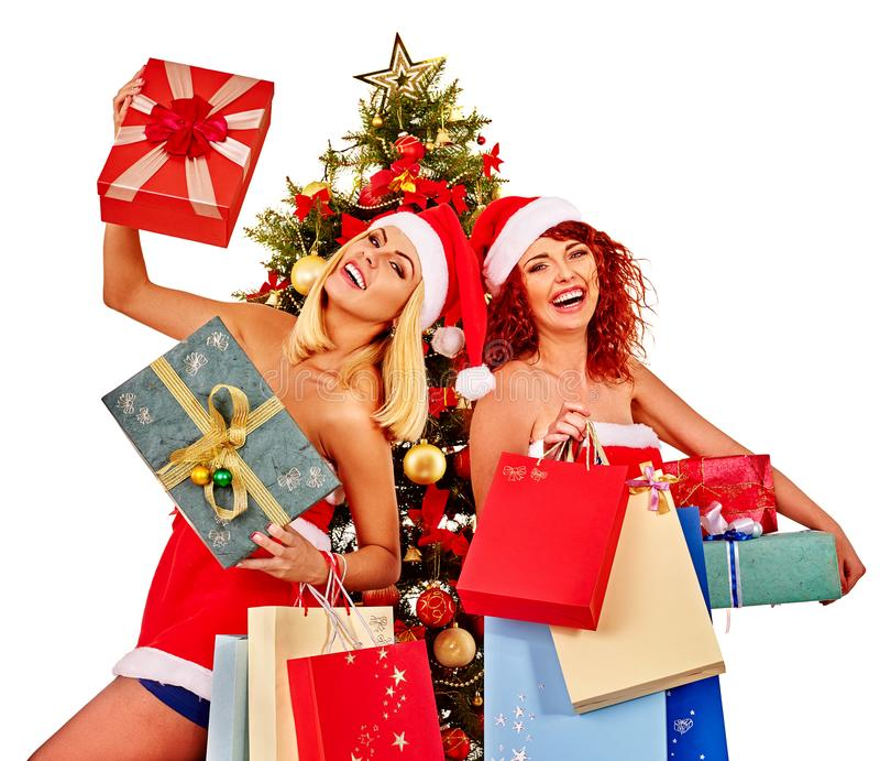 Γυναίκες φίλων Χριστουγέννων με την τσάντα αγορών και το κιβώτιο δώρων στοκ φωτογραφία