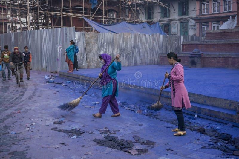 Γυναίκες Nepali που καθαρίζουν την οδό μετά από το φεστιβάλ Holi στο Κατμαντού, Νεπάλ στοκ φωτογραφία