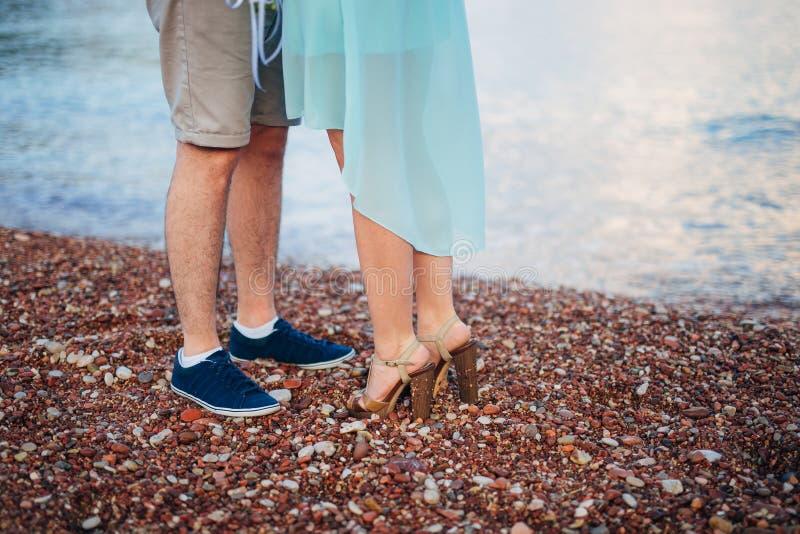 Γυναίκες ` s και πόδια ανδρών ` s στην άμμο στοκ φωτογραφίες