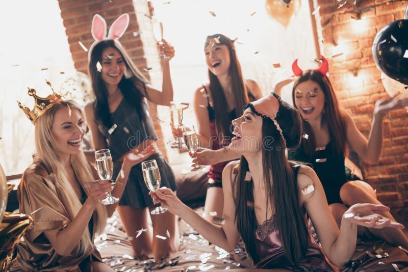 Γυναικεία νύφη-κορίτσια ομάδας της Νίκαιας θηλυκά ελκυστικά πανέμορφα καλά-καλλωπισμένα καλά βασιλικά αστεία εύθυμα που έχουν το  στοκ φωτογραφίες με δικαίωμα ελεύθερης χρήσης