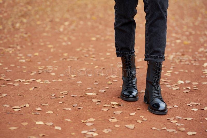 Γυναικεία πόδια με μοδάτο φθινοπωρινό δέρμα μαύρες μπότες και μοδάτο μαύρο τζιν Μοντέρνο, περιστασιακό ντύσιμο νέων για καθημεριν στοκ φωτογραφίες