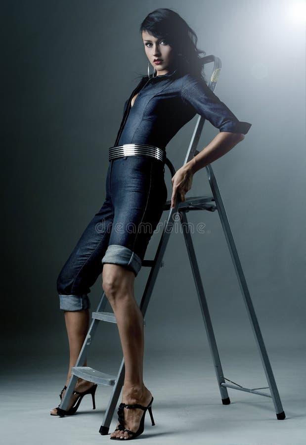 γυναικεία τοποθέτηση brunette π& στοκ εικόνα με δικαίωμα ελεύθερης χρήσης