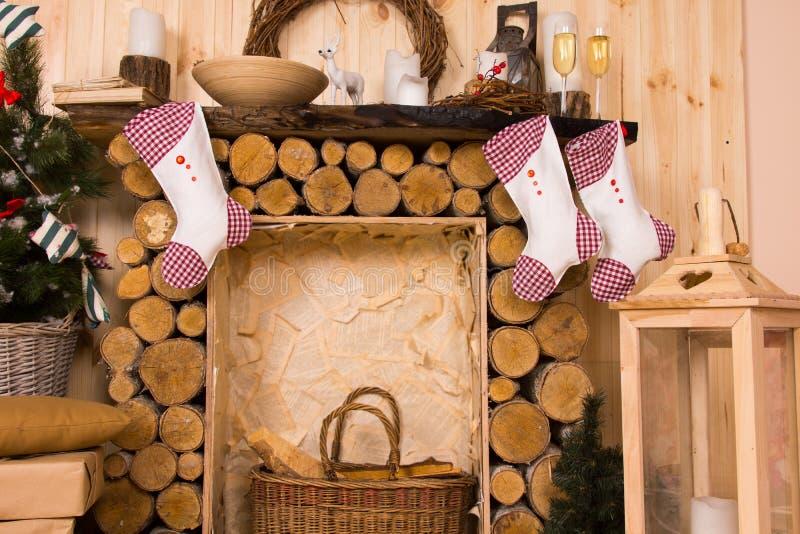 Γυναικείες κάλτσες Χριστουγέννων που κρεμούν από τον αγροτικό μανδύα στοκ εικόνα με δικαίωμα ελεύθερης χρήσης