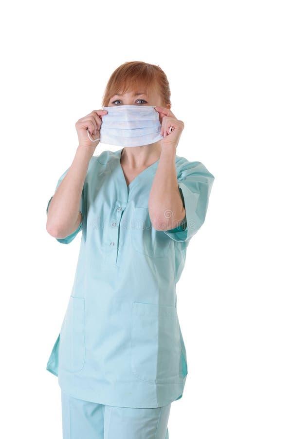 Γυναικείος γιατρός με την τοποθέτηση αναπνευστικών συσκευών στοκ φωτογραφία