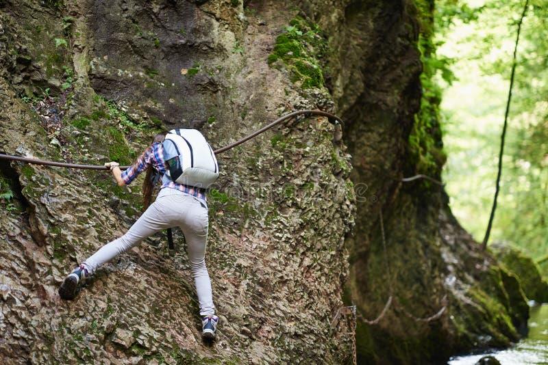 Γυναικείος ορειβάτης στα καλώδια ασφάλειας πέρα από τον ποταμό στοκ εικόνα με δικαίωμα ελεύθερης χρήσης