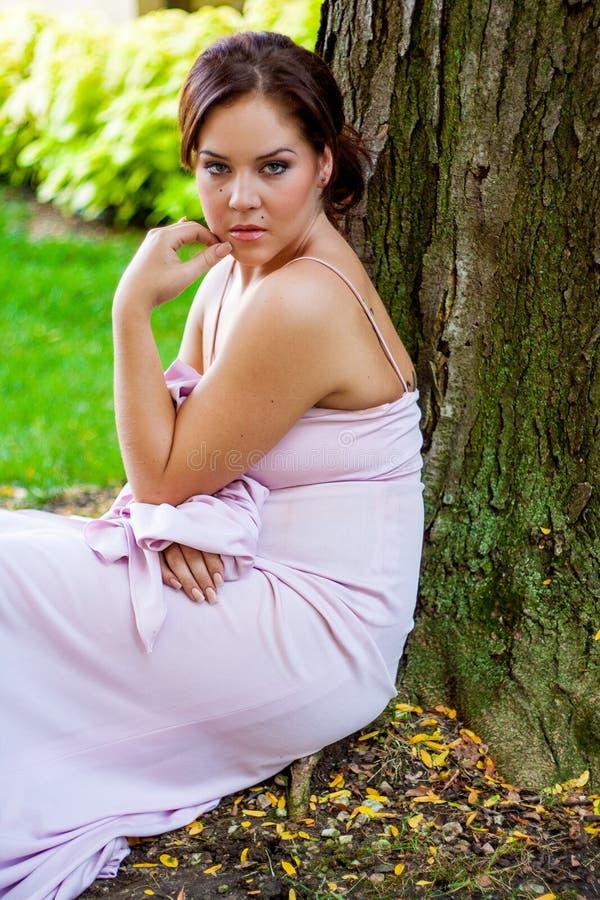Γυναικείο θηλυκό κοριτσιών γυναικών Brunette προκλητικό νέο στην επίσημη ενδυμασία στοκ φωτογραφία με δικαίωμα ελεύθερης χρήσης