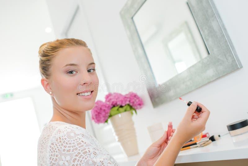 Γυναικείο να ισχύσει αποτελεί στον μπροστινό καθρέφτη στοκ φωτογραφία με δικαίωμα ελεύθερης χρήσης