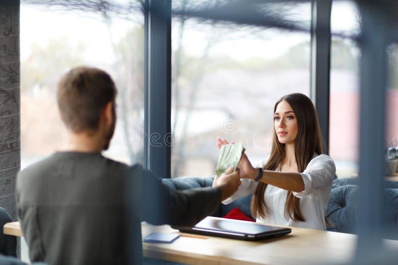 Γυναικείο ` s χέρι που παρουσιάζει σημάδι στάσεων Επιχειρησιακή γυναίκα που αρνείται τα χρήματα Αντι έννοιες δωροδοκίας και δωροδ στοκ εικόνα