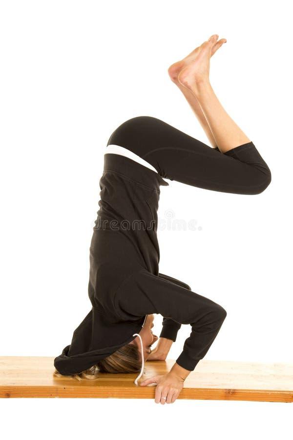 Γυναικών ικανότητας μαύρα πόδια στάσεων σακακιών επικεφαλής κάτω στοκ εικόνα με δικαίωμα ελεύθερης χρήσης