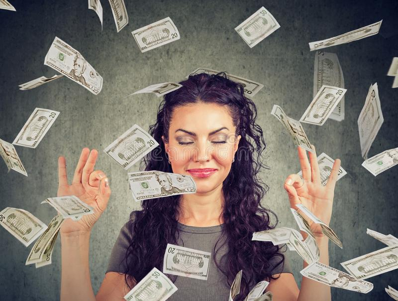 Γυναικών κάτω από τη βροχή χρημάτων στοκ φωτογραφίες με δικαίωμα ελεύθερης χρήσης