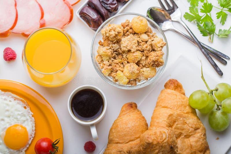 Γυναικών μαγειρεύοντας συστατικά προγευμάτων προγευμάτων υγιή, πλαίσιο τροφίμων Granola, αυγό, ημερομηνίες, καρύδια, φρούτα, μαρμ στοκ φωτογραφία