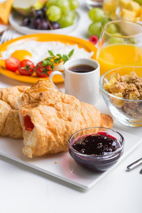 Γυναικών μαγειρεύοντας συστατικά προγευμάτων προγευμάτων υγιή, πλαίσιο τροφίμων Granola, αυγό, ημερομηνίες, καρύδια, φρούτα, μαρμ στοκ φωτογραφίες