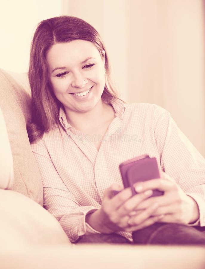 Γυναικών με το τηλέφωνό της και λήψη των φωτογραφιών στοκ εικόνες