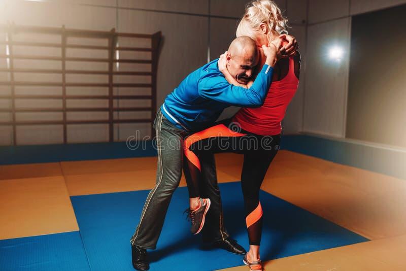 Γυναικών μόνων - υπεράσπιση workout με τον εκπαιδευτικό στοκ φωτογραφία με δικαίωμα ελεύθερης χρήσης