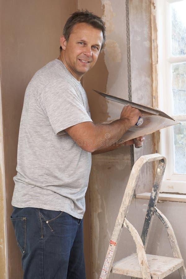Γυψαδόρος που εργάζεται στον εσωτερικό τοίχο στοκ φωτογραφίες