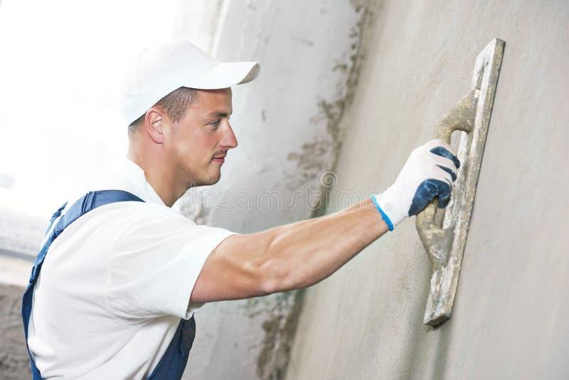 Γυψαδόρος στην εσωτερική ανακαίνιση τοίχων στοκ φωτογραφία με δικαίωμα ελεύθερης χρήσης