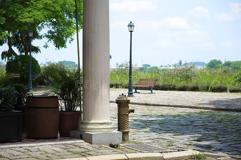 Γωνία οικοδόμησης με την αρχαία στήλη και το στόμιο υδροληψίας στοκ φωτογραφία με δικαίωμα ελεύθερης χρήσης