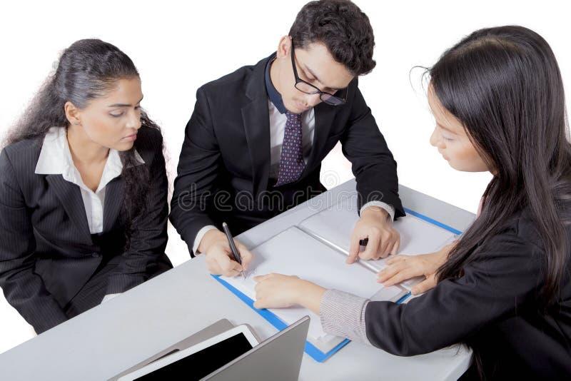 Γωνία που πυροβολείται υψηλή των επιχειρηματιών που διοργανώνουν μια συνεδρίαση στοκ εικόνες με δικαίωμα ελεύθερης χρήσης