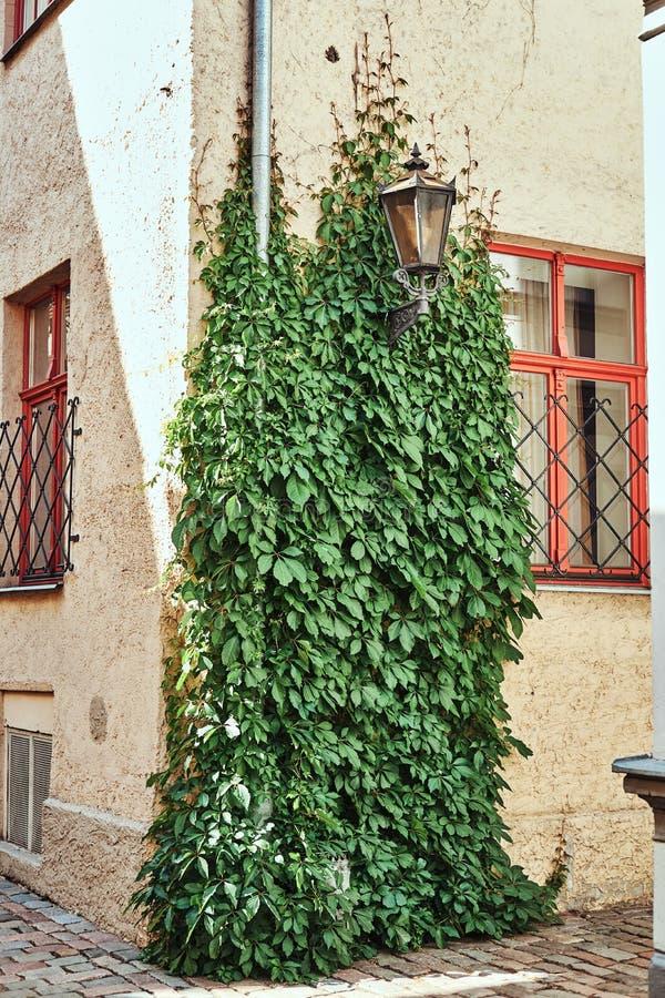 Γωνία του αναδρομικού ευρωπαϊκού σπιτιού στην οδό με τις πέτρες επίστρωσης στοκ φωτογραφίες