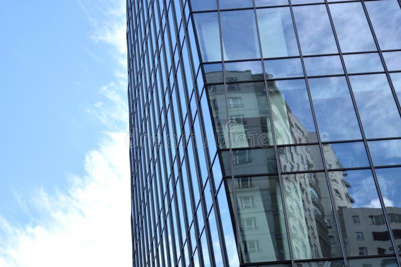 Γωνία του σύγχρονου κτιρίου γραφείων εμπορικών κέντρων πολυόροφων κτιρίων με την επιφάνεια καθρεφτών στοκ εικόνες με δικαίωμα ελεύθερης χρήσης