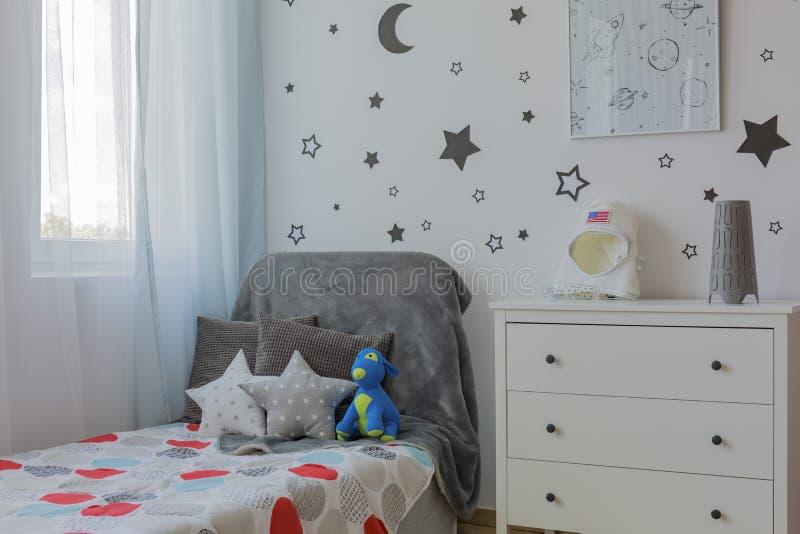 Γωνία δωματίων αγοριών με το κρεβάτι στοκ φωτογραφία
