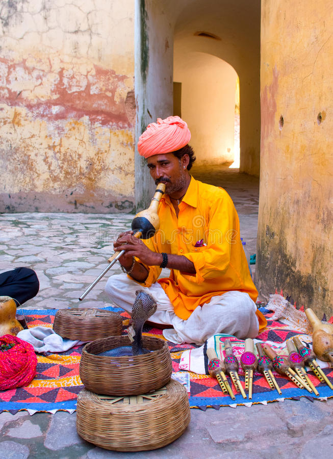 Γόης φιδιών στο ηλέκτρινο οχυρό στο Jaipur, Ινδία. στοκ εικόνα