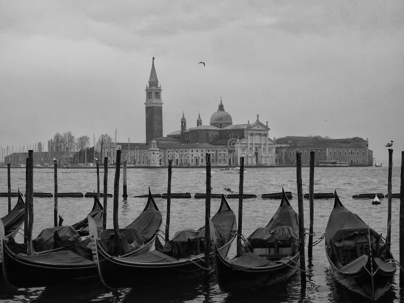 γόνδολες που δένονται στη Βενετία έξω από το doges παλάτι στο marco SAN στοκ εικόνες