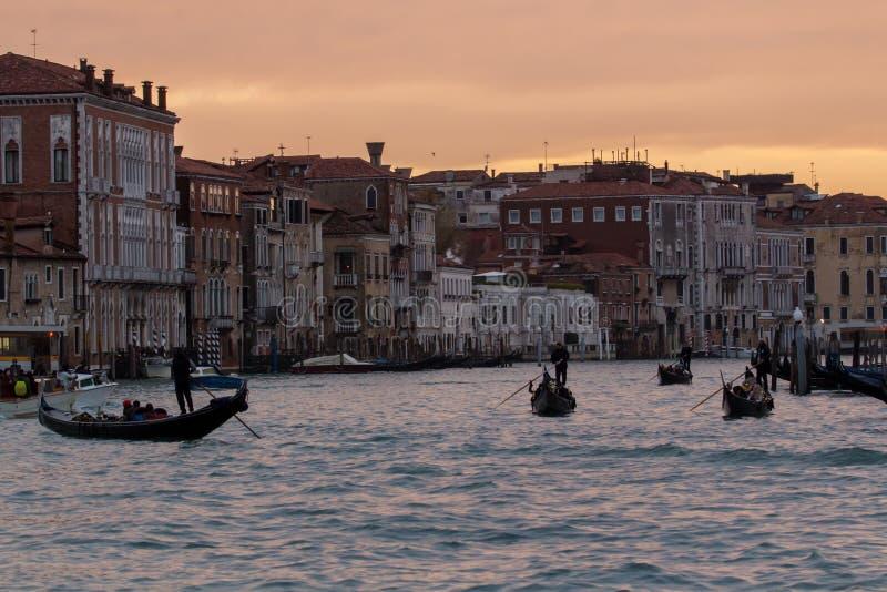 Γόνδολες της Βενετίας στο μεγάλο κανάλι στο ταξίδι Ιταλία ηλιοβασιλέματος στοκ εικόνες