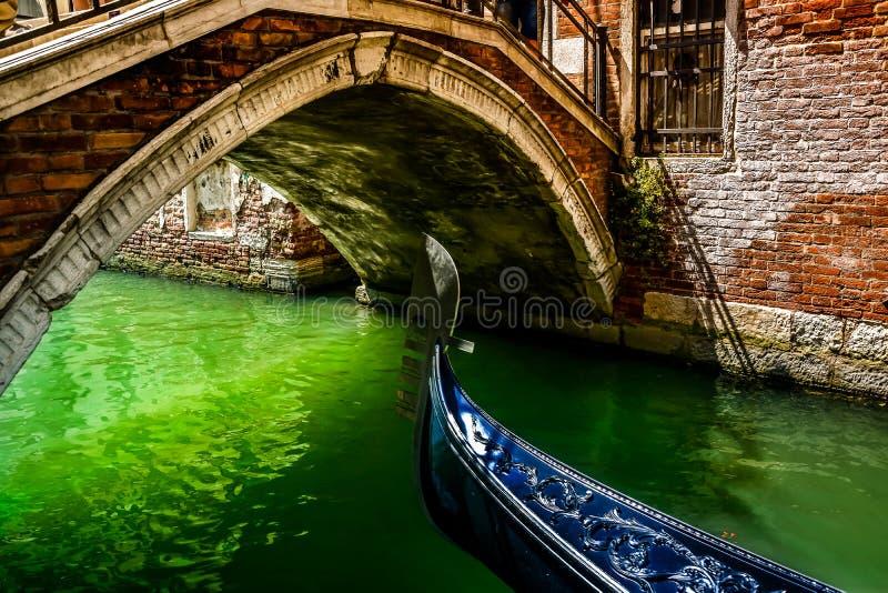 Γόνδολα κάτω από τις γέφυρες της Βενετίας στοκ εικόνες με δικαίωμα ελεύθερης χρήσης