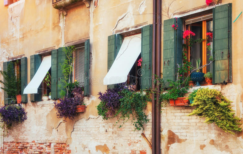 γόνδολες Βενετία καναλ& είναι ένας δημοφιλής τόπος προορισμού τουριστών της Ευρώπης στοκ φωτογραφίες με δικαίωμα ελεύθερης χρήσης