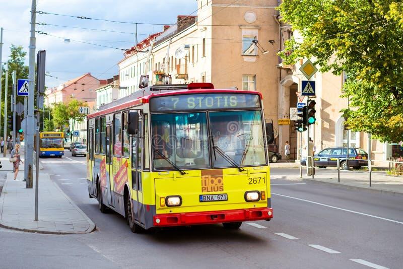 Γύροι καροτσακιών Vilnius κατά μήκος ενός δρόμου με έντονη κίνηση στοκ εικόνα