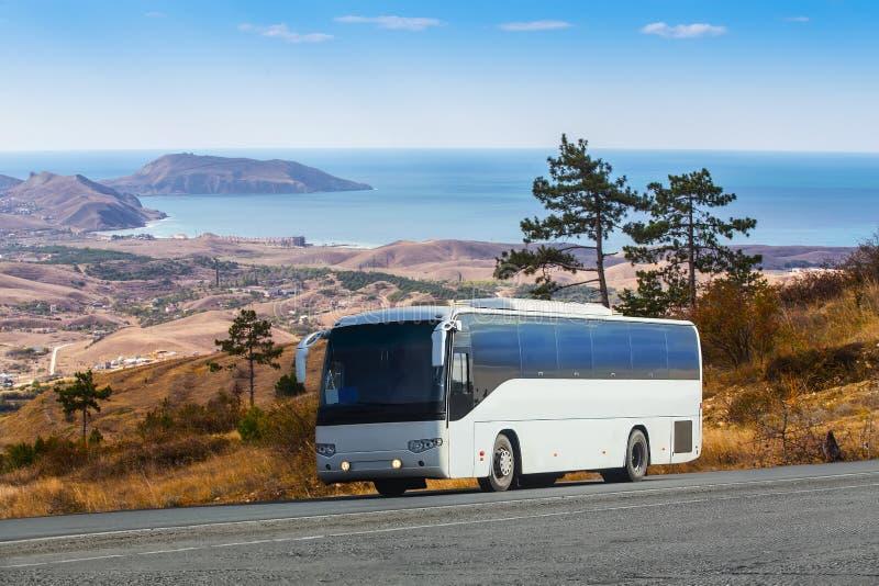 Γύροι λεωφορείων στη γραφική εθνική οδό βουνών στοκ φωτογραφίες