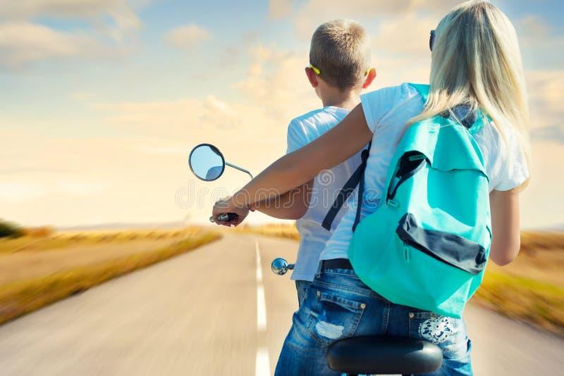 Γύροι μητέρων και γιων στη μοτοσικλέτα στοκ εικόνα με δικαίωμα ελεύθερης χρήσης