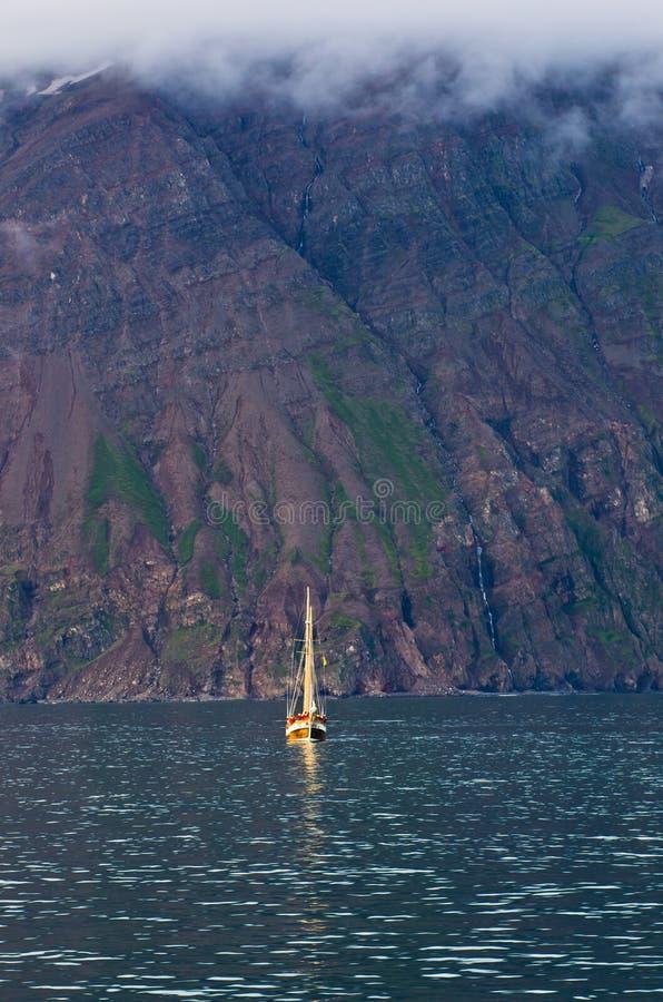 Γύροι προσοχής φαλαινών από το παλαιό πλέοντας σκάφος στην περιοχή κόλπων Husavik στοκ φωτογραφία