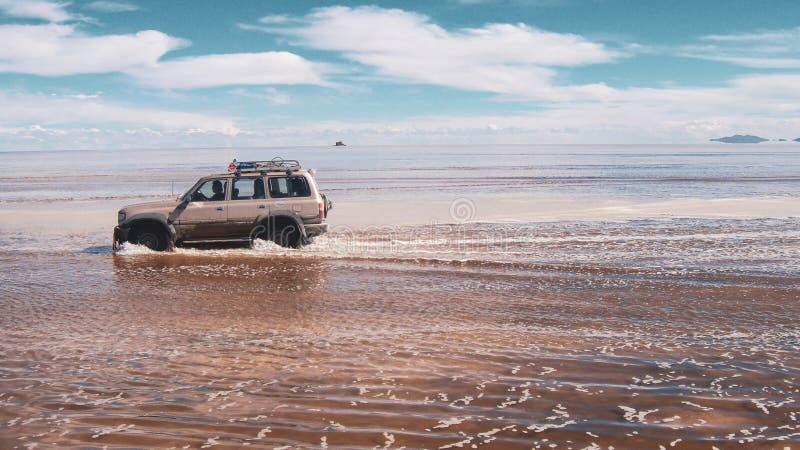 Γύροι τουριστών για τα αλατισμένα επίπεδα Salar de Uyuni στοκ εικόνες